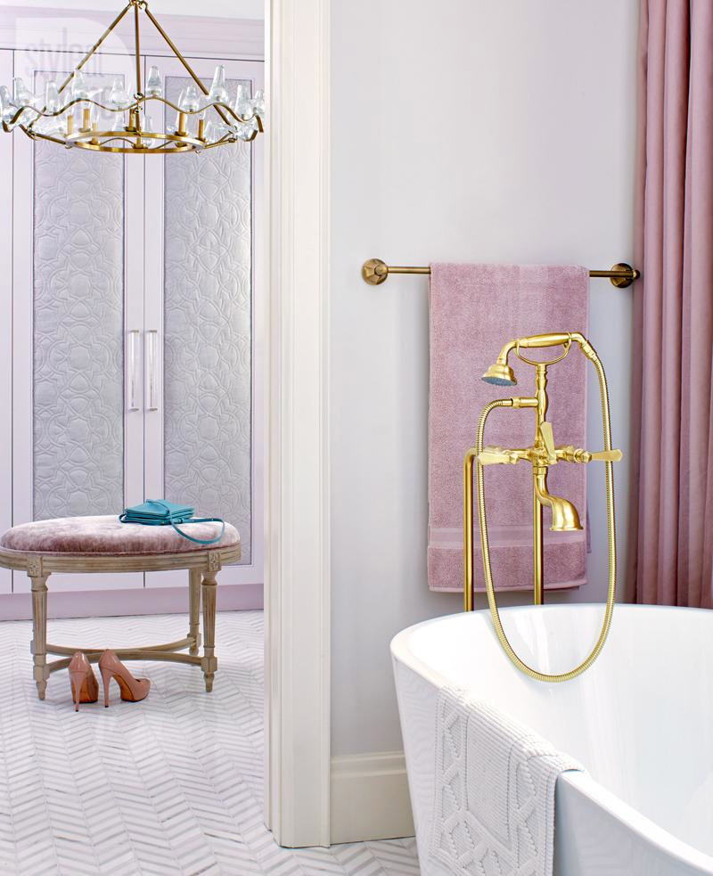 living-gazette-barbara-resende-decor-suite-closet-lilas-rosa-banheira-metal-dourado