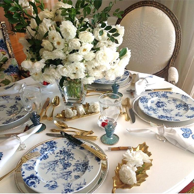 living-gazette-barbara-resende-decor-mesa-louca-posta-azul-branco-tania-bulhoes
