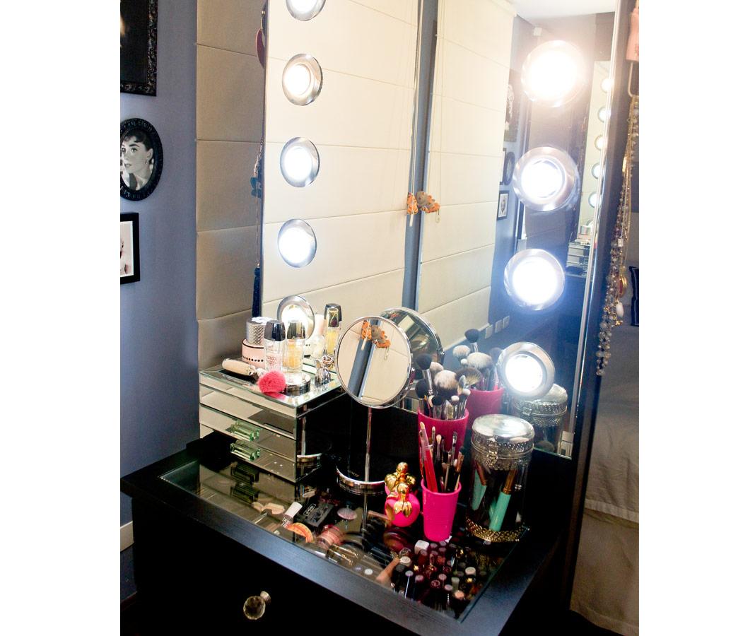 Living visita: a penteadeira e o home office da beauty blogger Cinthia  #886B43 1068x900