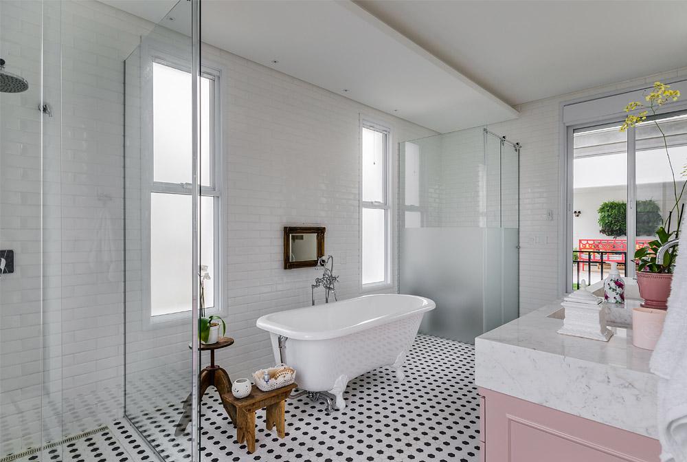 living-gazette-blog-decor-banheiro-rosa-classico-banheira-antiga-azul-preto